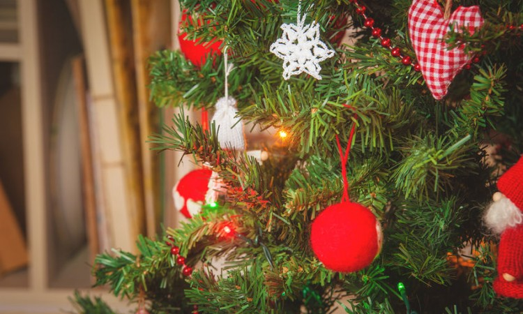 33532321 - decorated christmas tree and christmas gifts